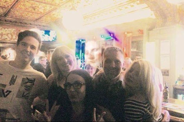 Au dessus des cinq amis réunis au Lisbon Bar flotte le visage d'un homme qui n'était pas là.