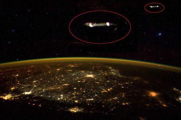 Cerclées de rouge et grossies, les intrigantes lumières photographiées par Scott Kelly depuis l'ISS.