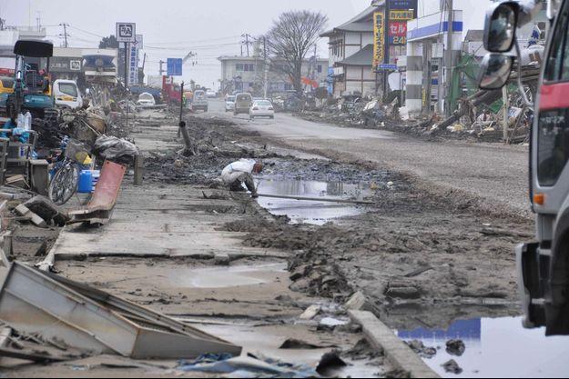 Une rue d'Ishinomaki dévastée après le séisme et le tsunami qui ont frappé le Japon en mars 2011.