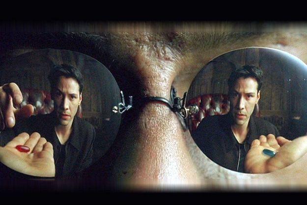 Neo, alias Keanu Reeves, doit choisir entre la pilule bleue et la pillule rouge qui doit lui dévoiler la réalité de la matrice