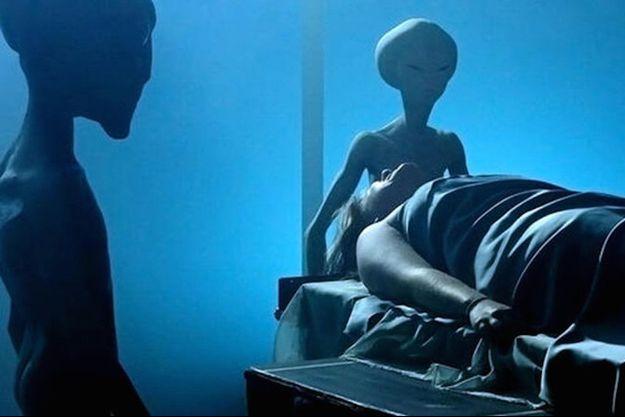 """Une reconstitution du scénario classique des enlèvements extraterrestres tirée du documentaire """"UFOs Crashed My Vacation"""""""