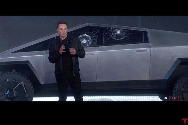 """Elon Musk devant le """"cybertruck""""."""