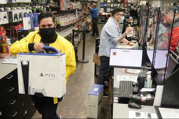 Un client repart avec une PS5 neuve, à Manhattan.