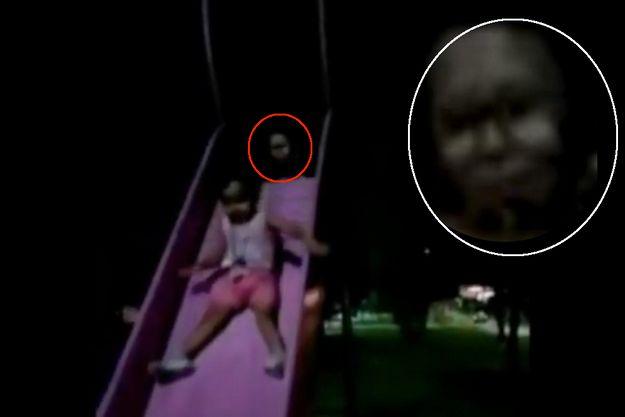 Une image tirée de la vidéo inquiétante filmée par une mère de famille au Mexique. En médaillon, un agrandissement du visage qui émerge de l'ombre au sommet du tobogga,.