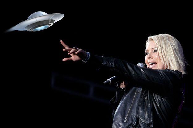 Kim Wilde en concert à Vienne en 2010. En médaillon, un ovni passe.