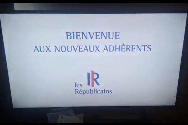 Un téléspectateur a filmé son écran pendant l'interruption impromptue de Téléshopping par ce panneau de bienvenue aux nouveaux adhérents des Républicains.