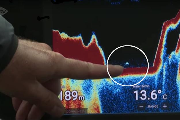 Dans le cercle, l'objet flottant de près de 10 mètres repéré par le sonar.