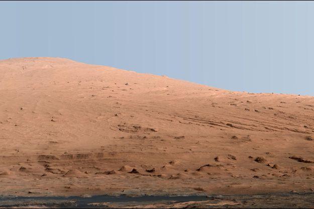 Haut de 18000 mètres, le Mont Sharp sur Mars... sous un ciel bleu très terrien.