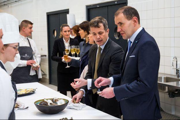 Le président Johannesson entouré du prince Frederik du Danemark et de la princesse Mary, lors d'une visite en janvier à Copenhague.