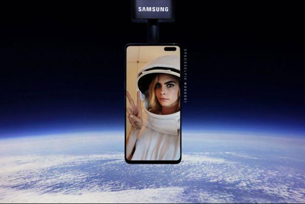 """Le selfie de Cara Delevingne pour illustrer la campagne de publicité """"SpaceSelfie"""" de Samsung."""