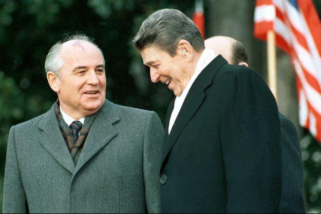 Mikhaïl Gorbatchev et Ronald Reagan à la Maison Blanche le 8 décembre 1987.