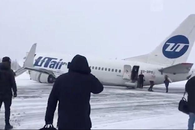 Le Boeing 737 sur la piste enneigée.