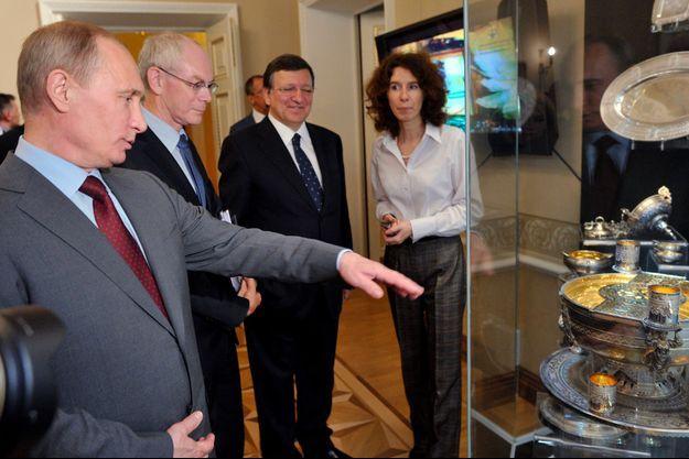 Vladimir Poutine regarde une partie du trésor des Narychkine, en 2012.