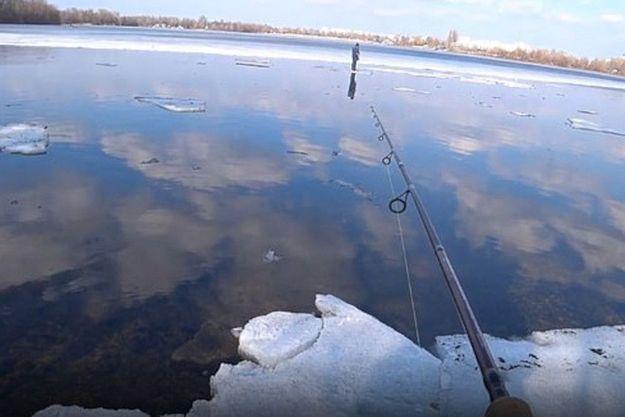 Piégé sur une plaque de glace à près de 15 mètres de la rive, il a fallu toute l'habilité d'un pêcheur ukrainien pour sauver ce petit garçon.