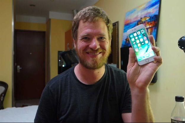"""Scotty Allen, avec son iPhone 6S """"fait main""""."""