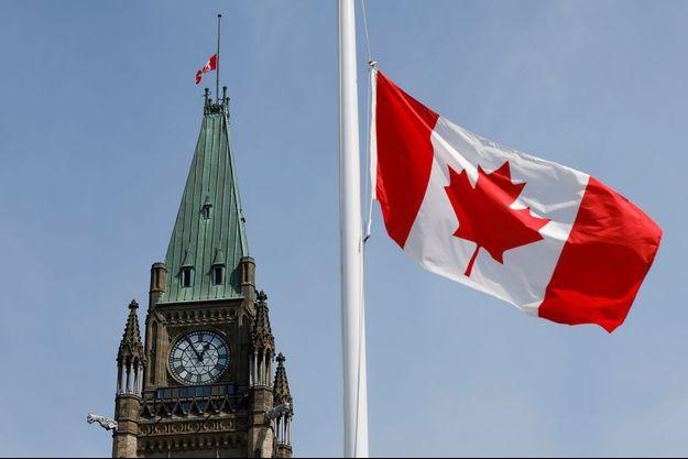 Un drapeau canadien à à Ottawa, Ontario.