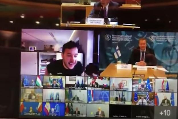 A gauche, Daniël Verlaan en tee-shirt noir, apparaît au milieu des ministres de la Défense en pleine réunion secrète.