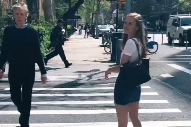 Mae Archie et Paul McCartney sur un passage piéton new-yorkais en 2019.