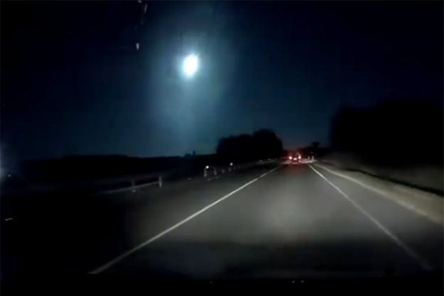 Le météore filmé par un automobiliste, vendredi 16 août dernier à Torre Grande (Sardaigne).