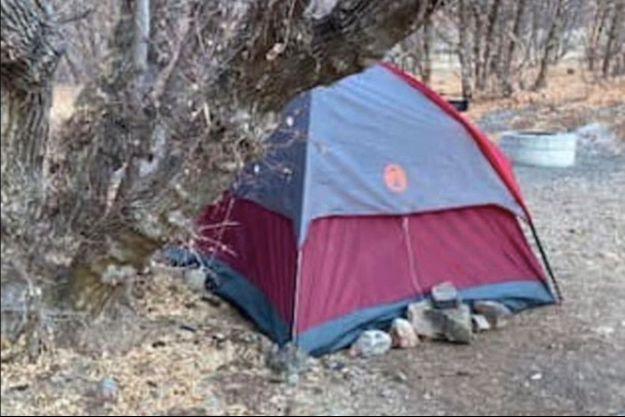 La tente où cette femme de 47 ans a vécu six mois dans le dénuement le plus total.