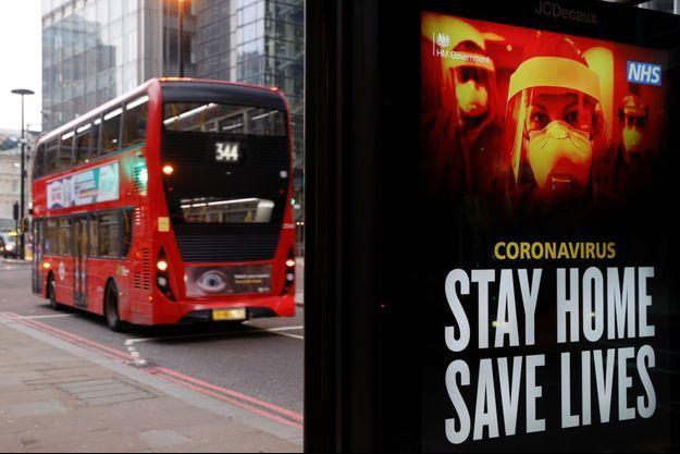 Une affiche incitant les Londoniens à rester confinés.