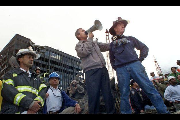 George W. Bush, sur Ground Zero, en 2001, quelques jours après les attentats du World Trade Center.