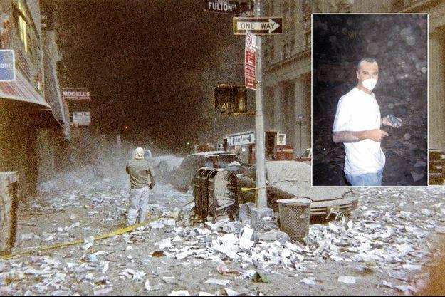 Quinze minutes après l'effondrement de la dernière tour, des vestiges pulvérisés flottent encore dans l'air et obscurcissent le ciel pourtant azur du 11 septembre 2001. Ce que l'on baptisera bientôt « Ground Zero » est encore dans la pénombre, au fond à gauche. Nous sommes dans Fulton Street, à 500 mètres de ce qui était le World Trade Center. La rue est jonchée de milliers de papiers qui, il y a encore une heure, s'étalaient sur les bureaux des 110 étages de la tour n° 1. Ils forment désormais un linceul sur New York