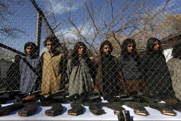 Des taliban pakistanais arrêtés à la frontière afghane le 5 janvier 2016.