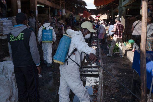 Des employés nettoient le marché d'Anosibe à Antananarivo, le 10 octobre 2017