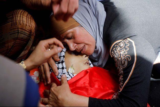 La mère du Palestinien Rasheed Abu Arra, qui a été tué lors d'affrontements avec les forces israéliennes, pleure le corps de son fils lors de ses funérailles, dans la ville d'Aqqaba près de Tubas, en Cisjordanie occupée par Israël.