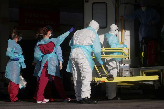 Des soignants prennent en charge un patient à Londres. Image d'illustration.