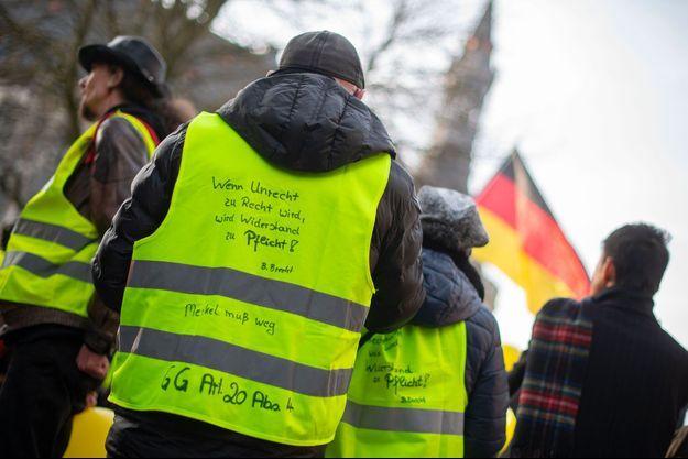 """Des """"gilets jaunes"""" allemands à Aix-la-Chapelle, mardi, pour accueillir Emmanuel Macron et Angela Merkel."""