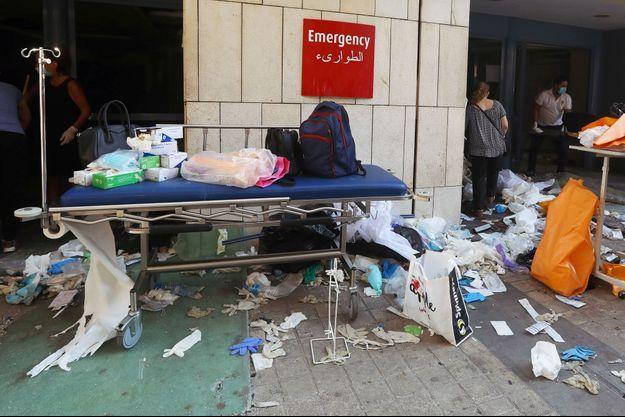 Un hôpital endommagé après les deux explosions survenues à Beyrouth mardi.