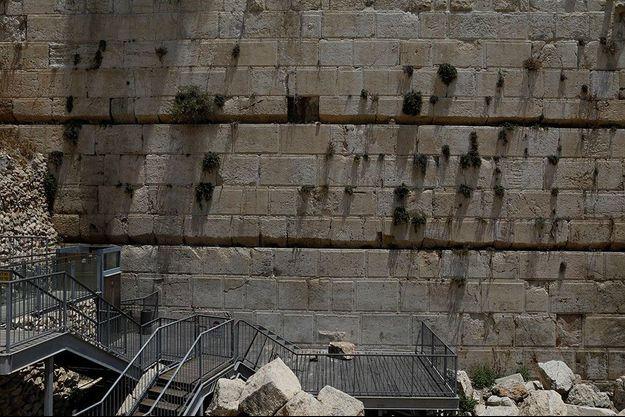La pierre qui a chuté du Mur des Lamentations à Jérusalem, lundi.