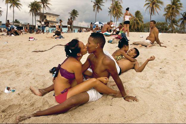 Un samedi après-midi, une plage très populaire, à l'est de La Havane. Rien n'a changé depuis les années 60.