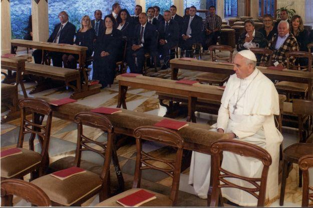 7 heures 45, le 27 septembre 2013. Principale décoration de cette chapelle : le mur d'enceinte du Vatican qui apparaît derrière une vitre, sous une lumière bleue. Parmi les invités du Pape ce jour-là, des Argentins, des Boliviens et, à gauche, au bout du premier rang, notre envoyée spéciale.