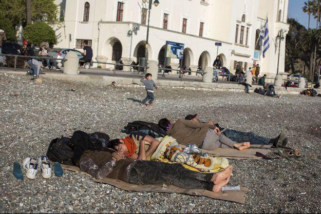 Au petit matin, à Kos, une famille afghane arrivée dans la nuit sommeille en attendant l'ouverture du commissariat qui délivre des papiers de réfugiés.