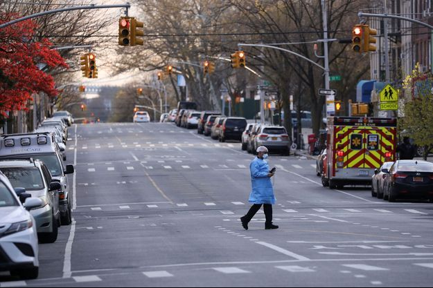 Un soignant traverse une rue de Brooklyn, à New York.