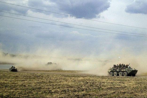 Des blindés qui pourraient être, selon le photographe de Reuters, des véhicules de l'armée russe , à la frontière ukrainienne.