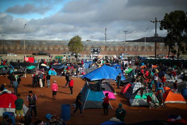Plusieurs centaines de Centraméricains de la caravane de migrants qui marche vers les Etats-Unis ont installé un campement près de la frontière, à Tijuana.