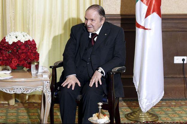 Abdelaziz Bouteflika photographié en juin dernier à Alger lors d'une visite de François Hollande.