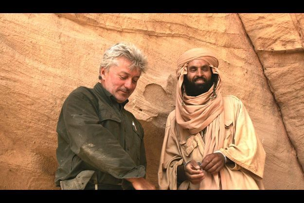 En 2004, Patrick Forestier et Abderrezak alors âgé de 38 ans, prisonnier des rebelles toubous dans les faubourgs de Bardaï, dans le Tibesti, après 3 500 kilomètres de piste depuis Agadez, au Niger.
