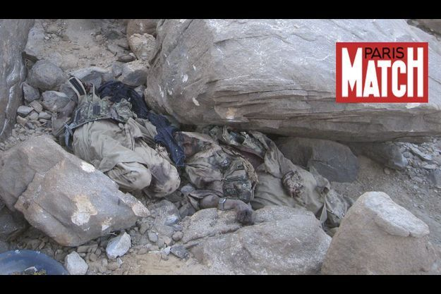 Les corps d'Abou Zeid (barbu, à dr.) et d'un de ses combattants.