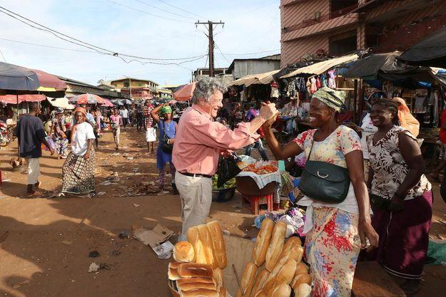 Loin des ors de la République, échanges simples et chaleureux au marché de Madina, à Conakry, dimanche 27 septembre.