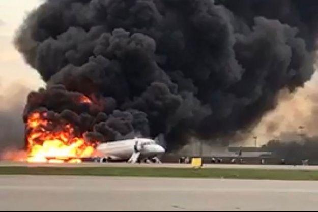 Un avion en feu à Moscou le 5 mai 2019.