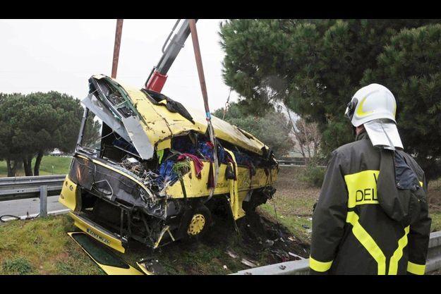 Le car des écoliers français après l'accident.