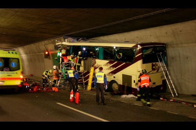L'autocar a heurté à pleine vitesse le mur d'un refuge dans le tunnel de Sierre.