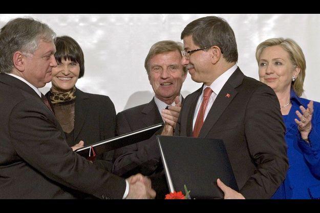 Bernard Kouchner et Hillary Clinton ont assisté à la poignée de main historique entre les deux chefs des diplomaties turque et arménienne.