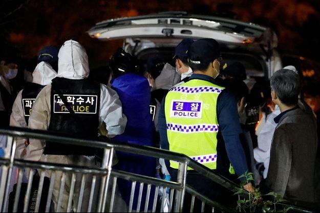 Le corps de Park Won-soon placé dans une ambulance, le 10 juillet.