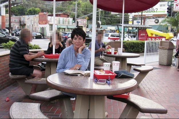 Ghislaine Maxwell à l'In-N-Out d'Universal City. Un drôle d'endroit pour une ex-multimillionnaire… La photo, publiée par le « New York Post », aurait été prise le 12 août.